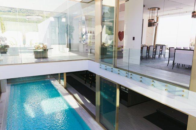 美國最貴豪宅「the One」的建商在加州比佛利山莊建好的另一棟豪宅內部。圖/取...