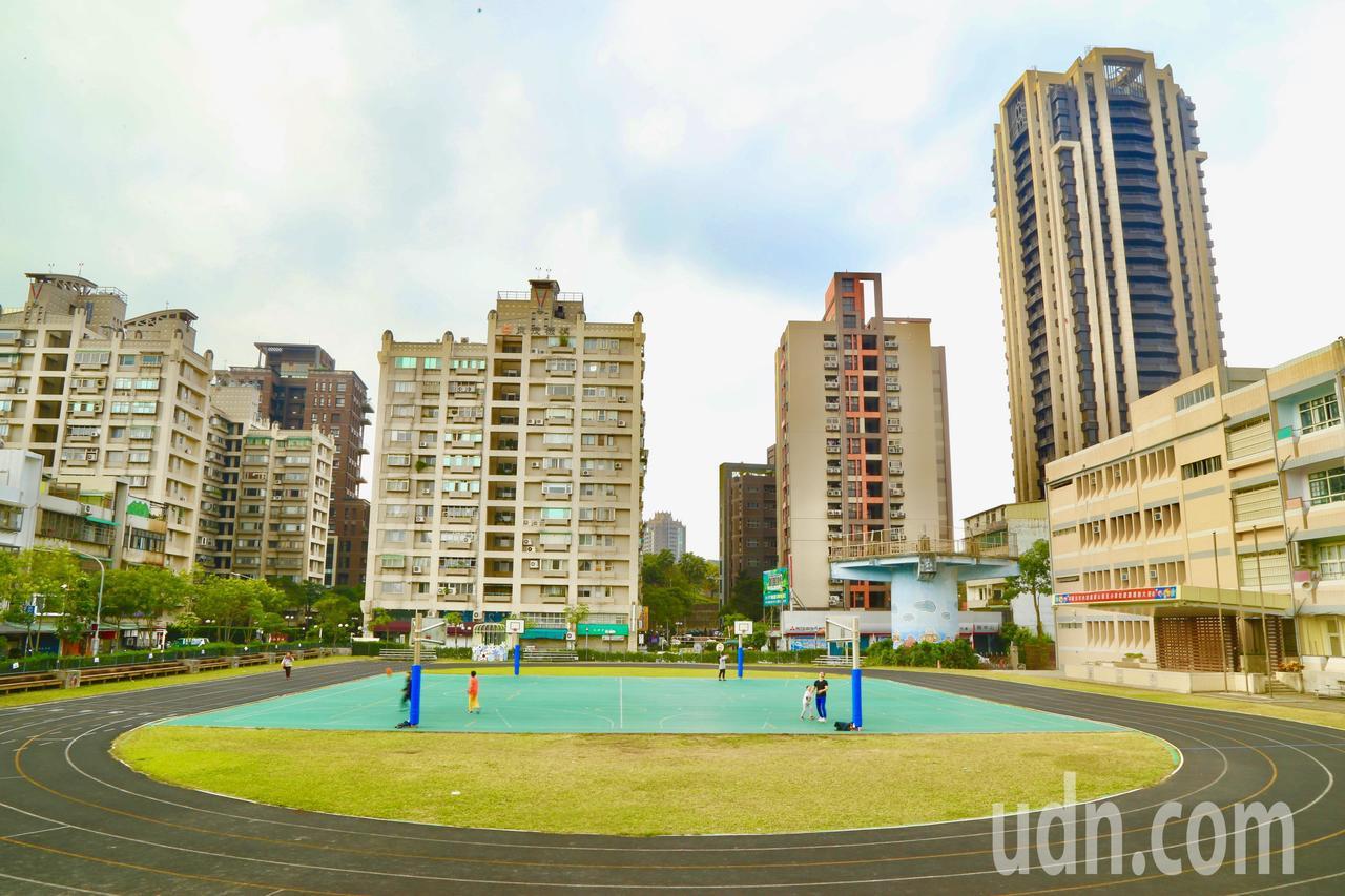 等待30年,台北市內湖區麗山國小電塔的電纜線和鐵架已拆除,終於看見無線的藍天。記...