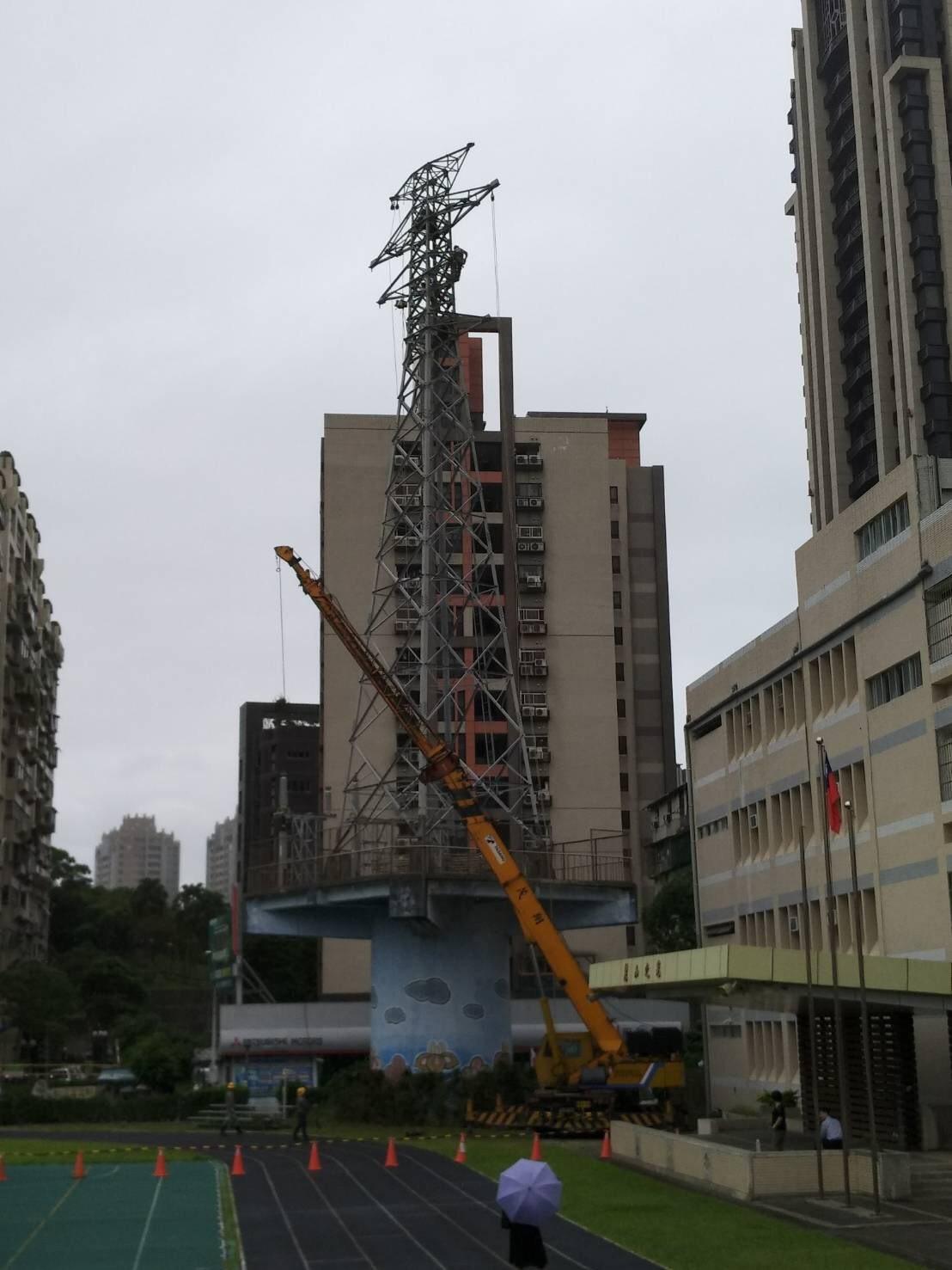 台北市內湖區麗山國小電塔等了30年,終於在上月拆除,校方將拆除過程拍成紀錄片,2...