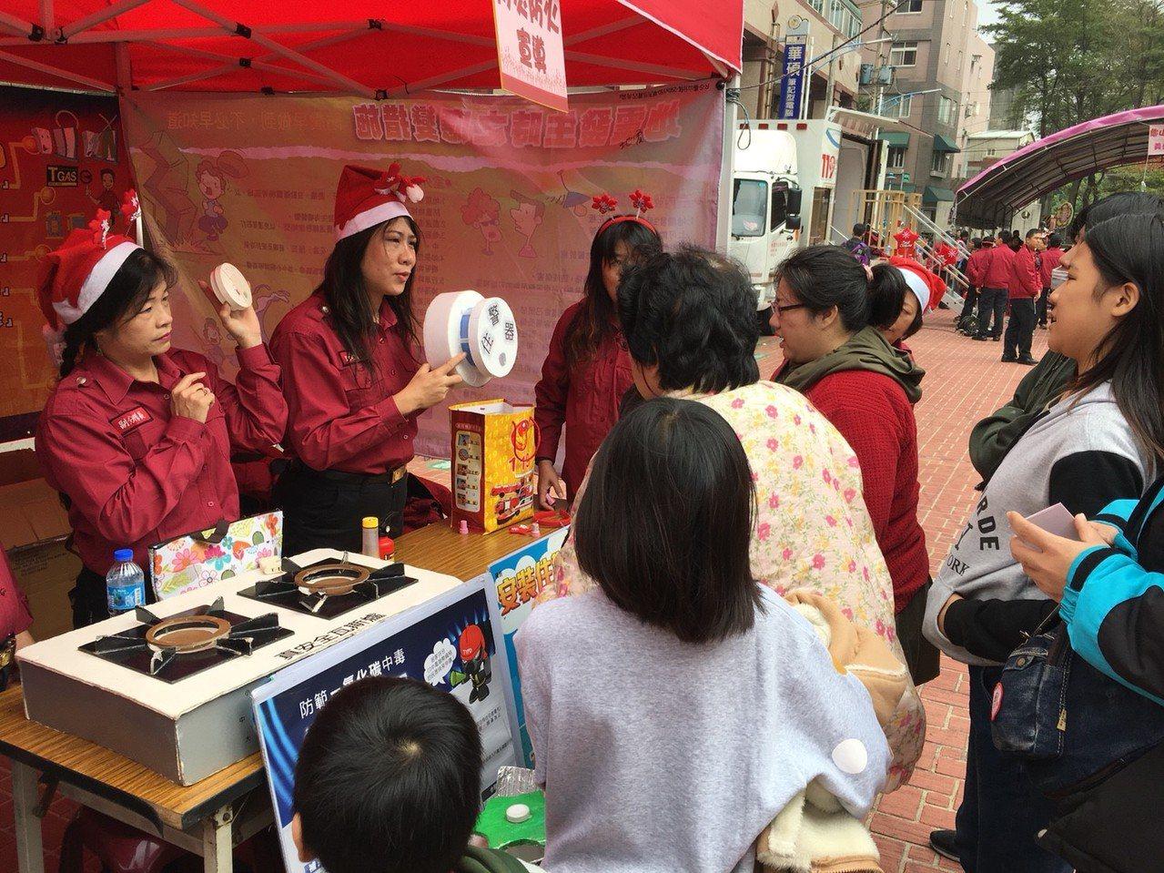 龜山消防隊和義消中隊今天舉辦防火宣導活動,邀在地弱勢孩童參與,還準備豐盛的耶誕大...