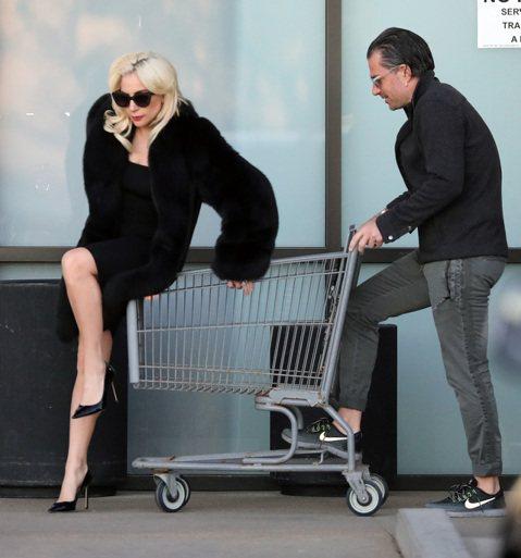 珍妮佛洛佩茲與前球星A-Rod日前被拍到在邁阿密購物,被外媒拍到有許多親密互動,根據「E!Online」報導,有粉絲目擊他們全程牽手,不斷看珠寶及名牌包等物品,身邊有不少粉絲目擊並拍照,2人也完全不...