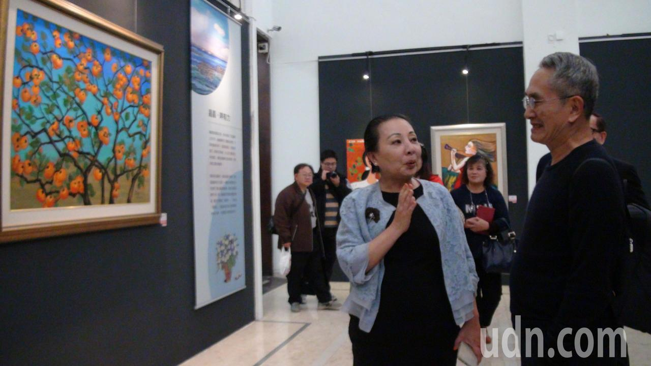 林懷民(右)參觀張花冠(左)的畫展。記者謝恩得/攝影