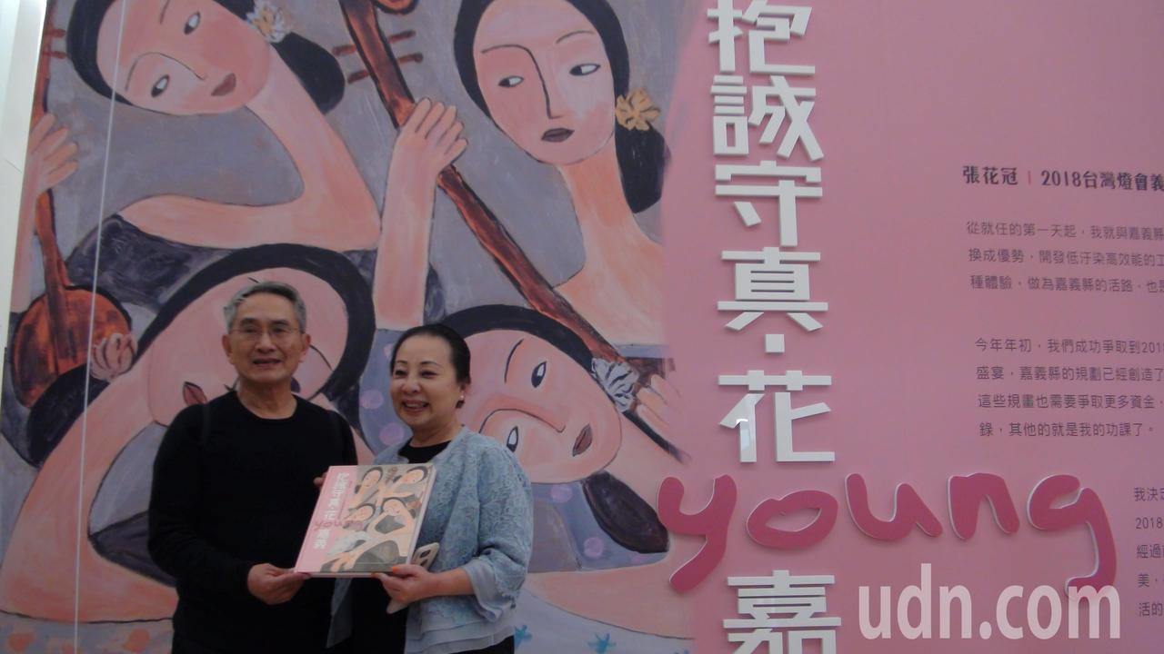張花冠(右)送她簽名的畫冊給林懷民(左)。記者謝恩得/攝影