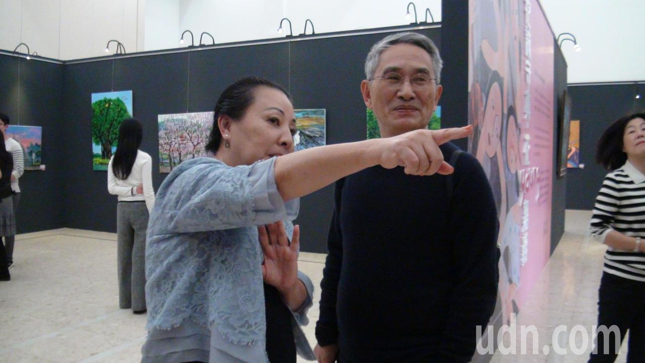 張花冠(左)向林懷民(右)導覽她的畫作。記者謝恩得/攝影