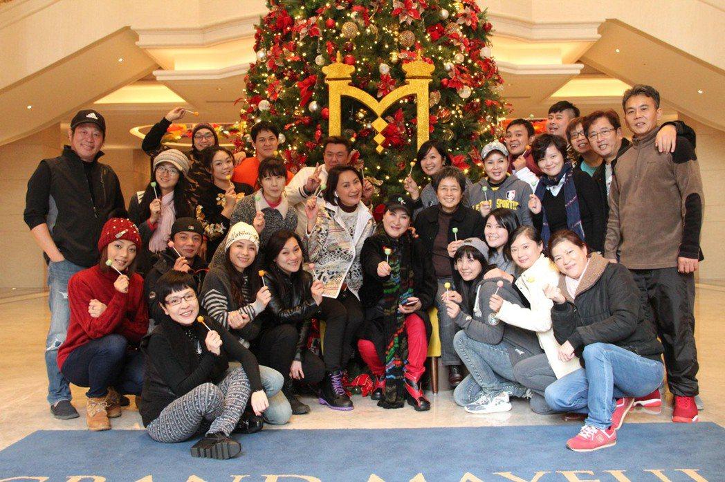 楊麗花、陳亞蘭忙拍歌仔戲「忠孝節義」,和劇組演員們一起歡度耶誕節。圖/麗生百合國