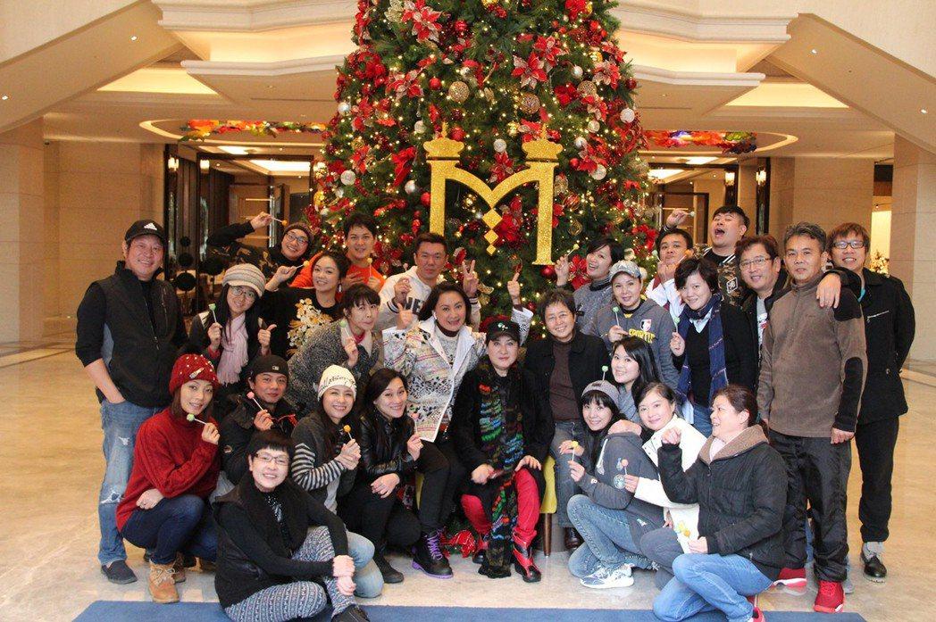 楊麗花、陳亞蘭忙拍歌仔戲「忠孝節義」,和劇組演員們一起歡度耶誕節。圖/麗生百合國...