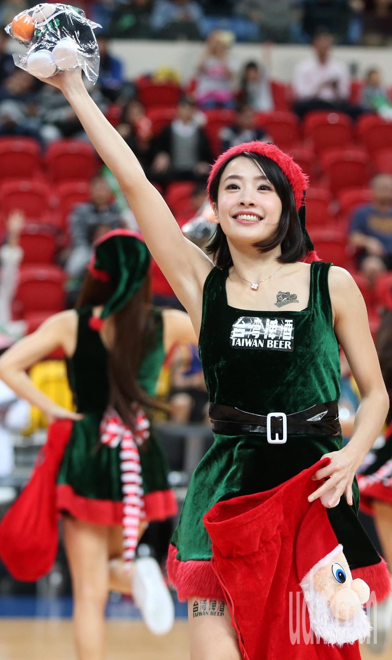 化身耶誕女郎的台啤啦啦隊,贈送禮物給球迷。記者侯永全/攝影