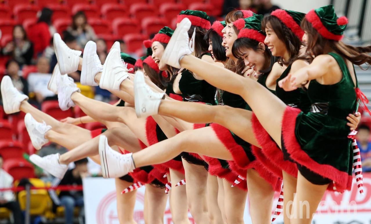 化身「耶誕女郎」的台啤啦啦隊,跳大腿舞,炒熱氣氛。記者侯永全/攝影