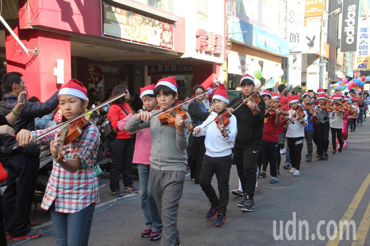 公益團體「中華大家公德會」今天下午也聯合員林國小上弦樂音樂班、大城國小太鼓團在員...