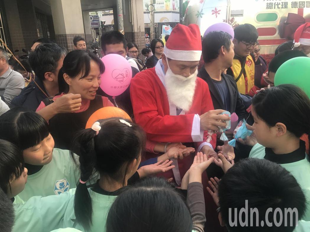 員林市長張錦昆還扮起耶誕老人發糖果,帶給大家一個溫馨的耶誕節。記者林宛諭/攝影