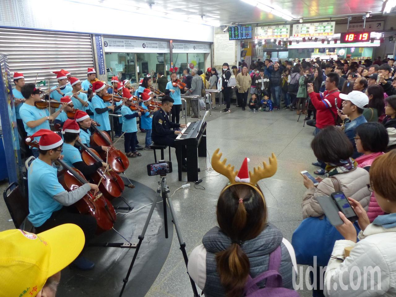 有警察鋼琴王子美譽的鐵路警察局彰化分駐所所長詹永祥,今晚平安夜,帶領小朋友在彰化...