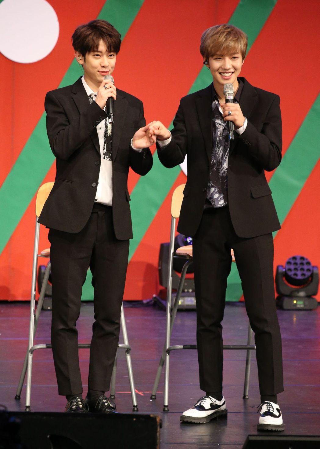 東賢(左)、煐岷應粉絲要求表現肉麻。記者陳立凱╱攝影