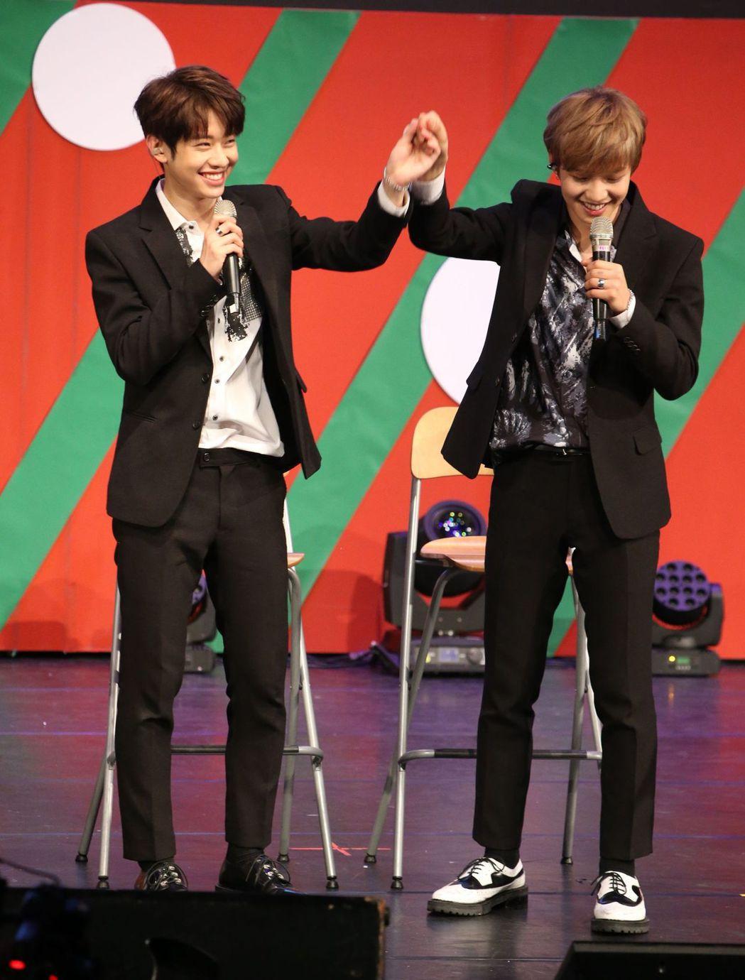 東賢(左)、煐岷應粉絲要求表現肉麻。記者陳立凱/攝影