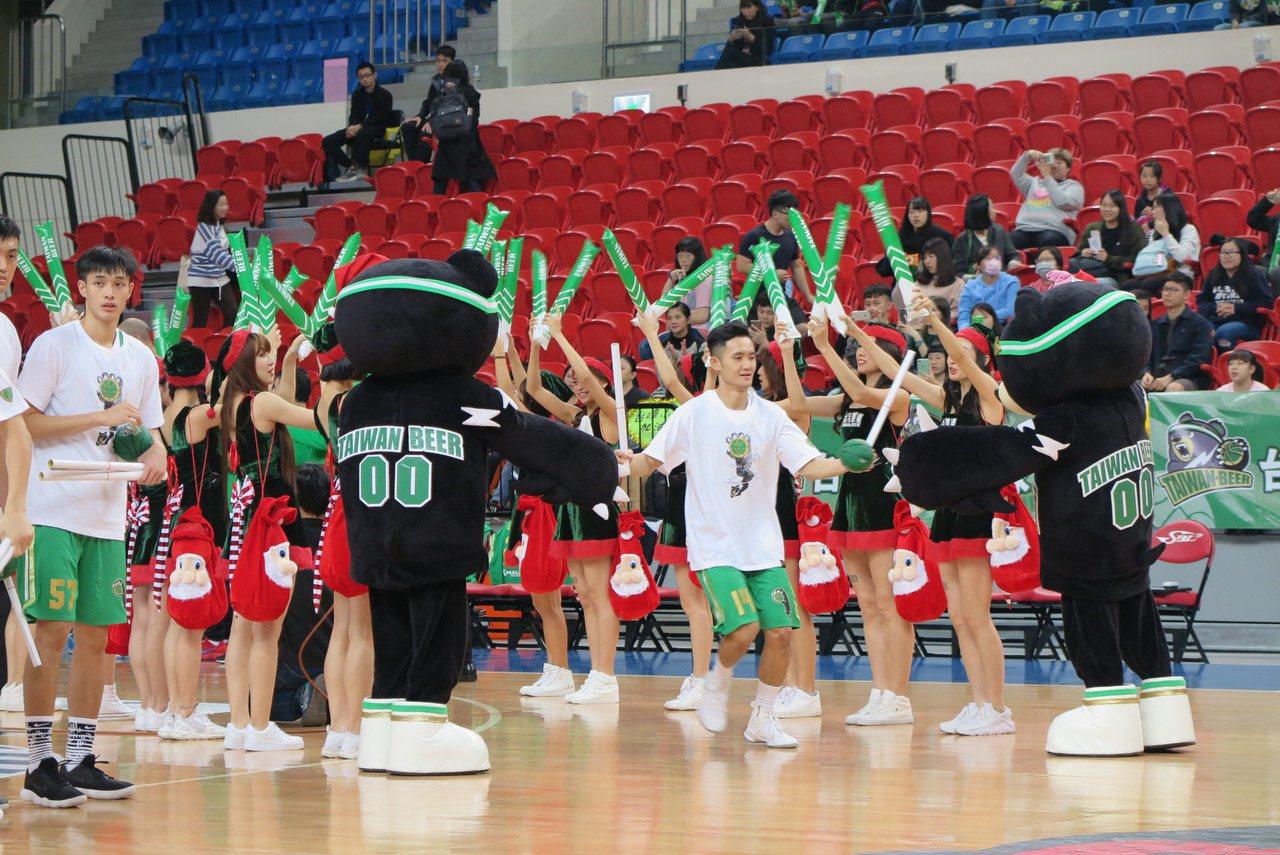台啤籃球啦啦隊與吉祥物都身穿耶誕裝負責來帶動場中氣氛。記者毛琬婷/攝影