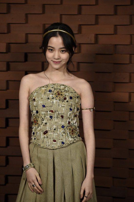 歐陽娜娜把COCO CRUSH珠寶戴得年輕活潑。圖/香奈兒提供