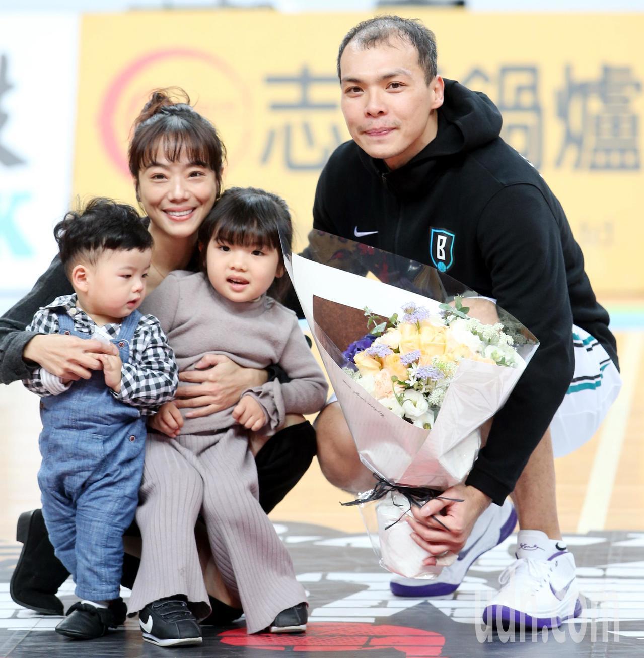 富邦隊蔡文誠(右)昨晚達成超級籃球生涯第3000分,家人獻花道賀。記者侯永全/攝...