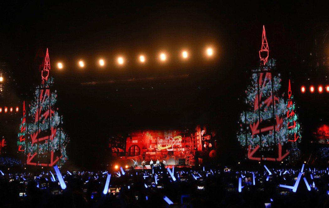 五月天耶誕節送上巨型聖誕樹,要大家拍照炫耀。圖/記者黃保慧攝