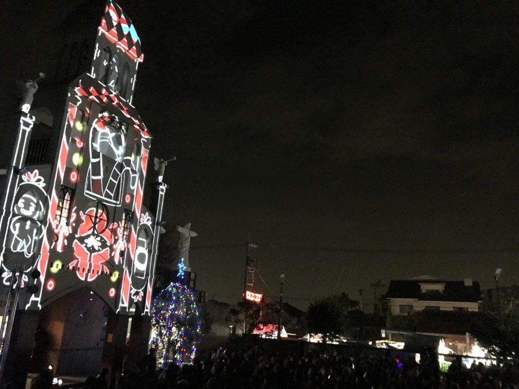 彰化縣埔心鄉百年羅厝天主教堂在耶誕夜上映華麗的光雕秀。圖/埔心公所提供