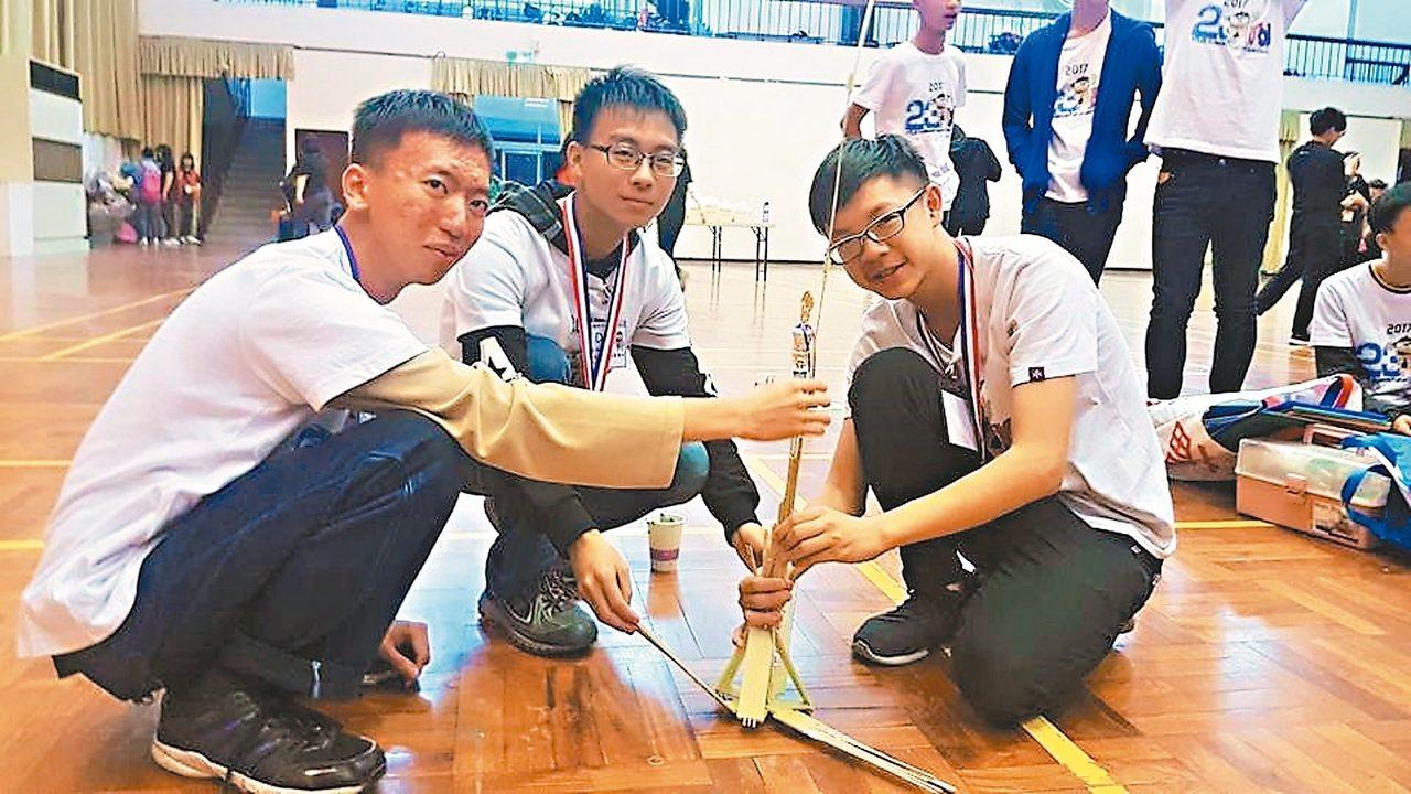 中山工商學生王俊壹(左起)、黃延威、巴宥閎組成「Air Pump」團隊,昨獲得第...