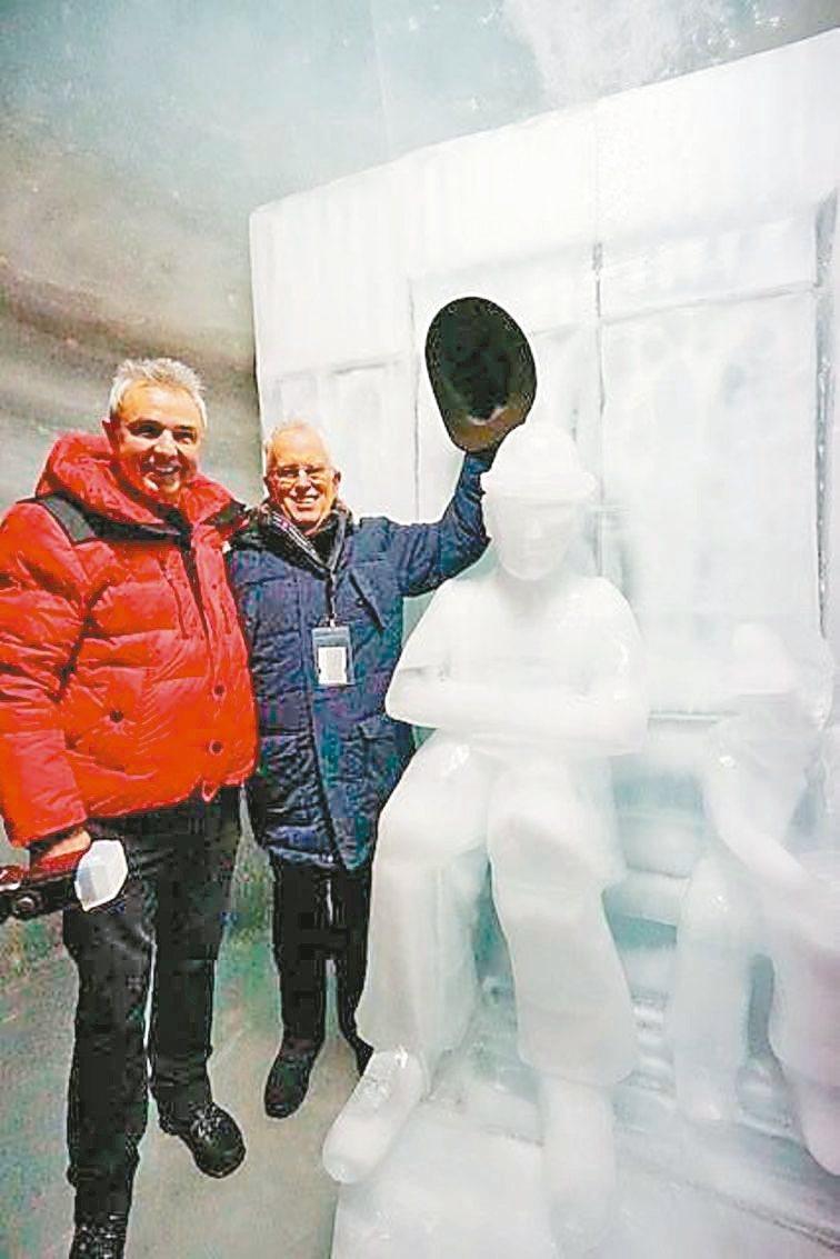 少女峰鐵道公司CEO吾爾斯(左)與卓別林第4子尤金卓別林為冰雕揭幕。 記者許晉榮...