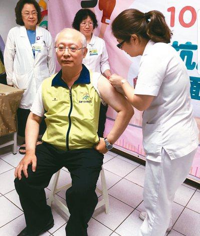 流感疫情升溫,高市衛生局呼籲還沒打流感疫苗的民眾應盡速施打,圖為高雄市衛生局長黃...