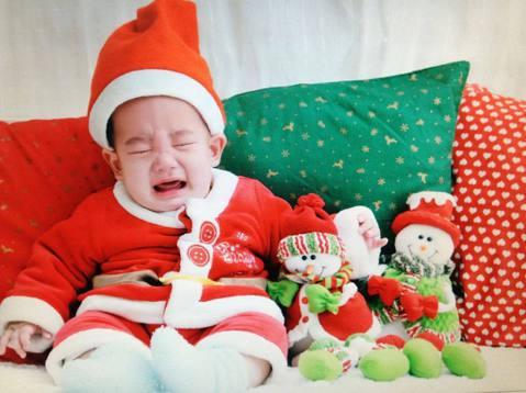 女星應采兒25日上午在微博貼出兒子Jasper的嬰兒照,祝福網友耶誕節快樂。照片中的Jasper明顯比現在年紀小很多,還是嬰兒狀態,身穿可愛的耶誕老人裝,整張臉皺在一起哇哇大哭。不過向來調皮的媽媽應...