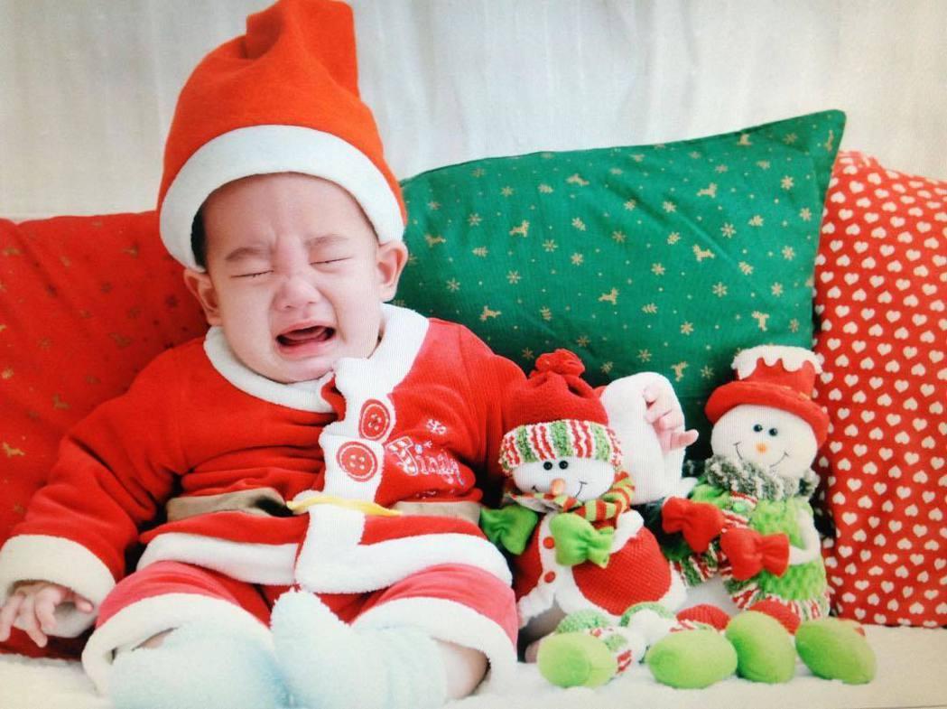 女星應采兒25日上午在微博貼出兒子Jasper的嬰兒照。圖/摘自微博