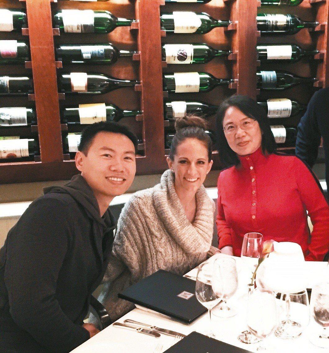 作者(右一)在法式餐廳全家聚會。 張菊如