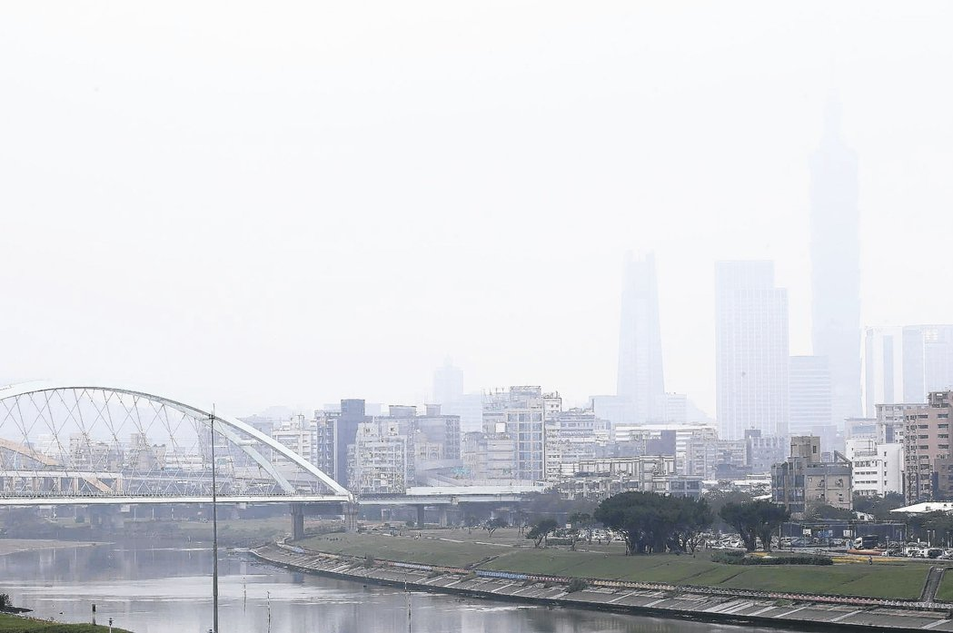 台灣西部地區昨天受霾害影響導致空氣品質不佳,台北市呈現一片霧茫茫的景象。 記者余...
