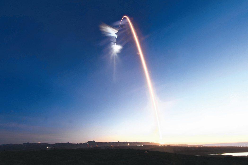 太空探索公司(SpaceX)22日再次發射一枚火箭將衛星送至低地球軌道,這已是該...