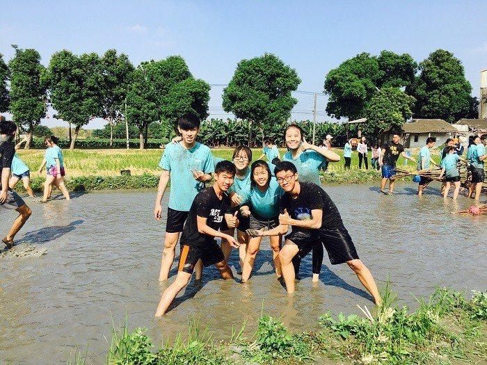 體驗林內鄉農村生活玩泥巴玩到不亦樂乎。 亞洲大學/提供