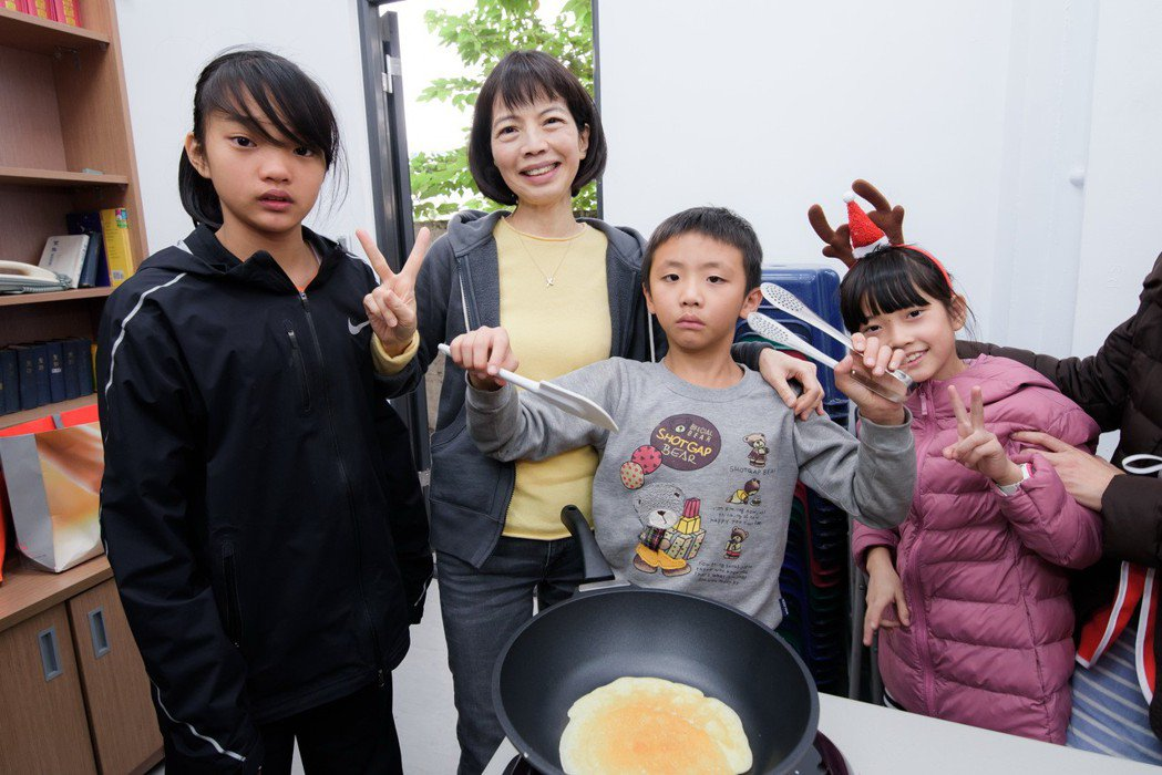 中國人壽副董事長郭瑜玲(左二)與芥菜種會愛心育幼院孩子們,以友善小農蔬果為食材,...