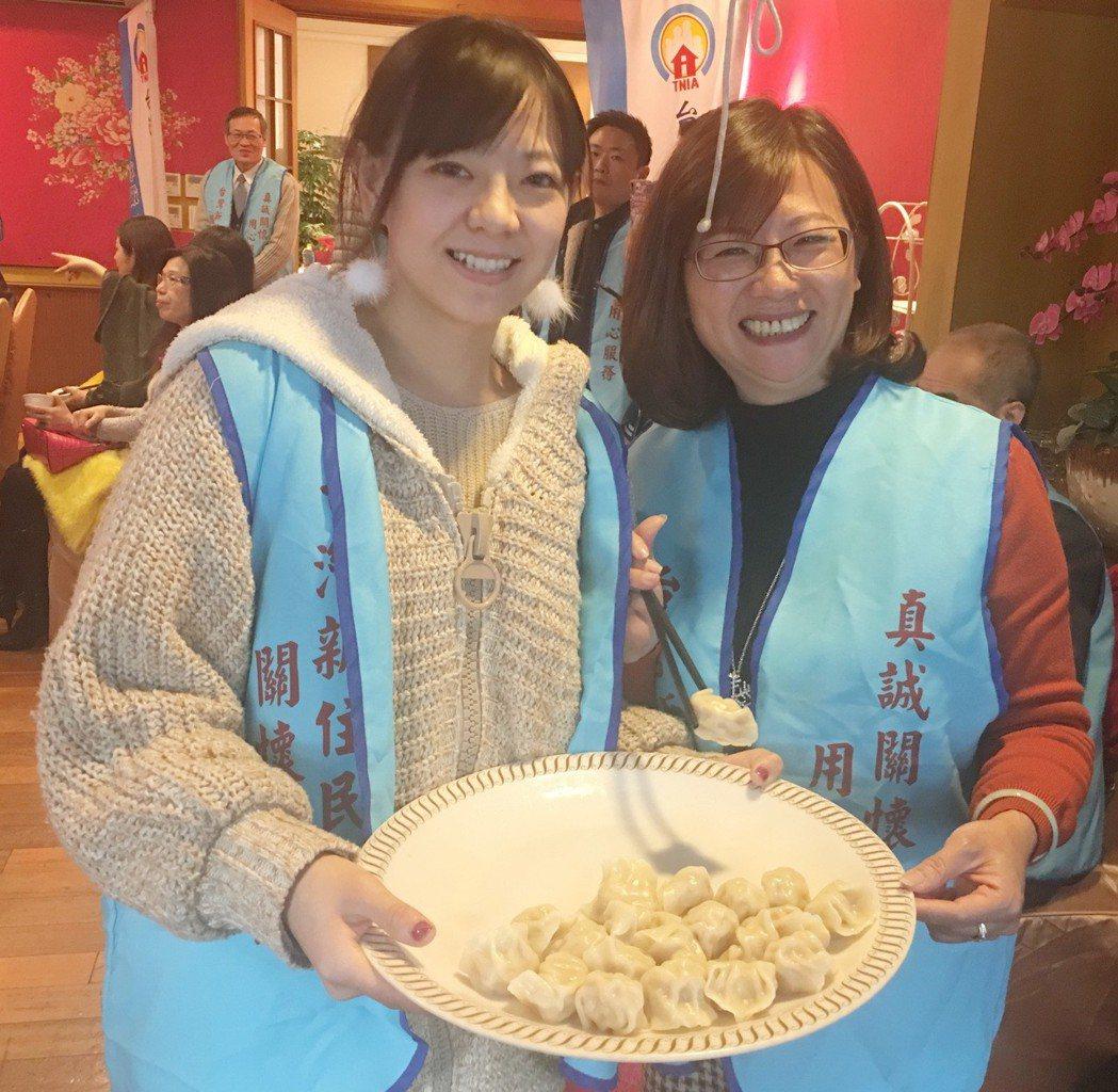 新住民關懷協會舉辦「狠」餃色品牌成果分享會,試吃美味水餃。 孫震宇/攝影