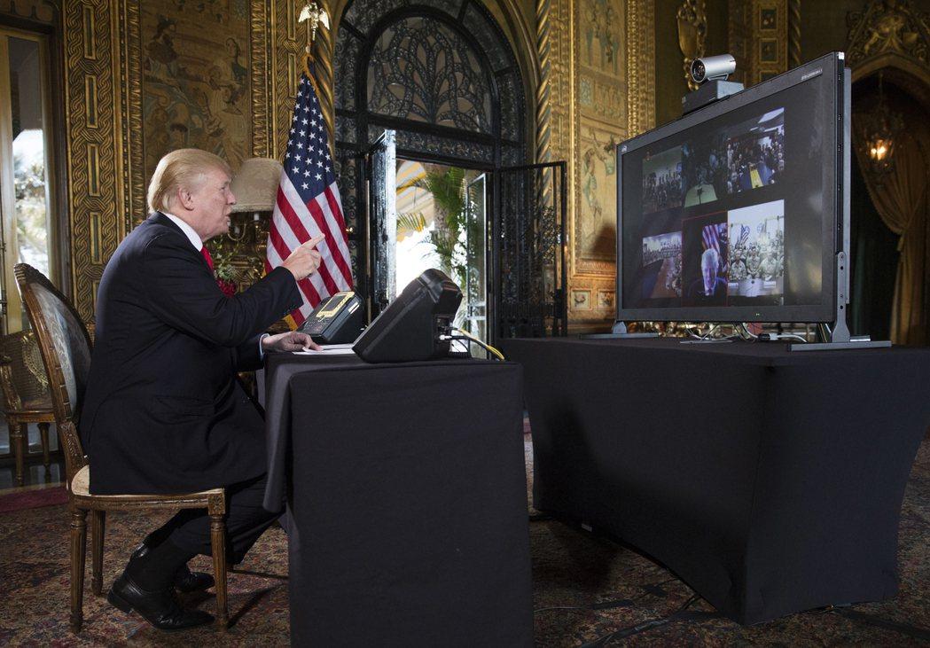 川普與海外美軍視訊通話。