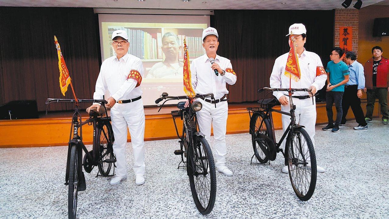 苗栗市公所推出「那一年我們騎鐵馬到北港進香」老照片展,市長邱炳坤(圖中)等人以當...