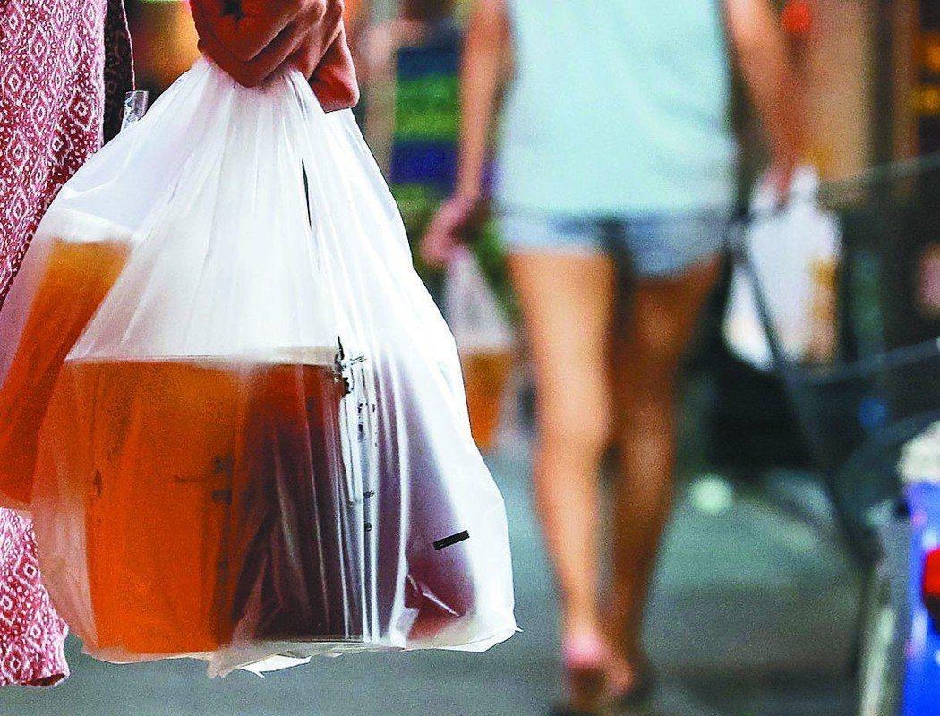 明年元旦起,民眾購買手搖杯等飲料,店家將不再提供塑膠袋。 圖╱聯合報系資料照片