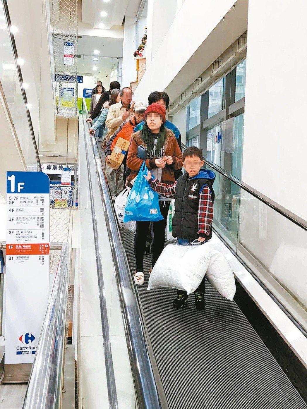 為了配合限塑政策,出門記得自行攜帶環保購物袋。 記者彭宣雅/攝影