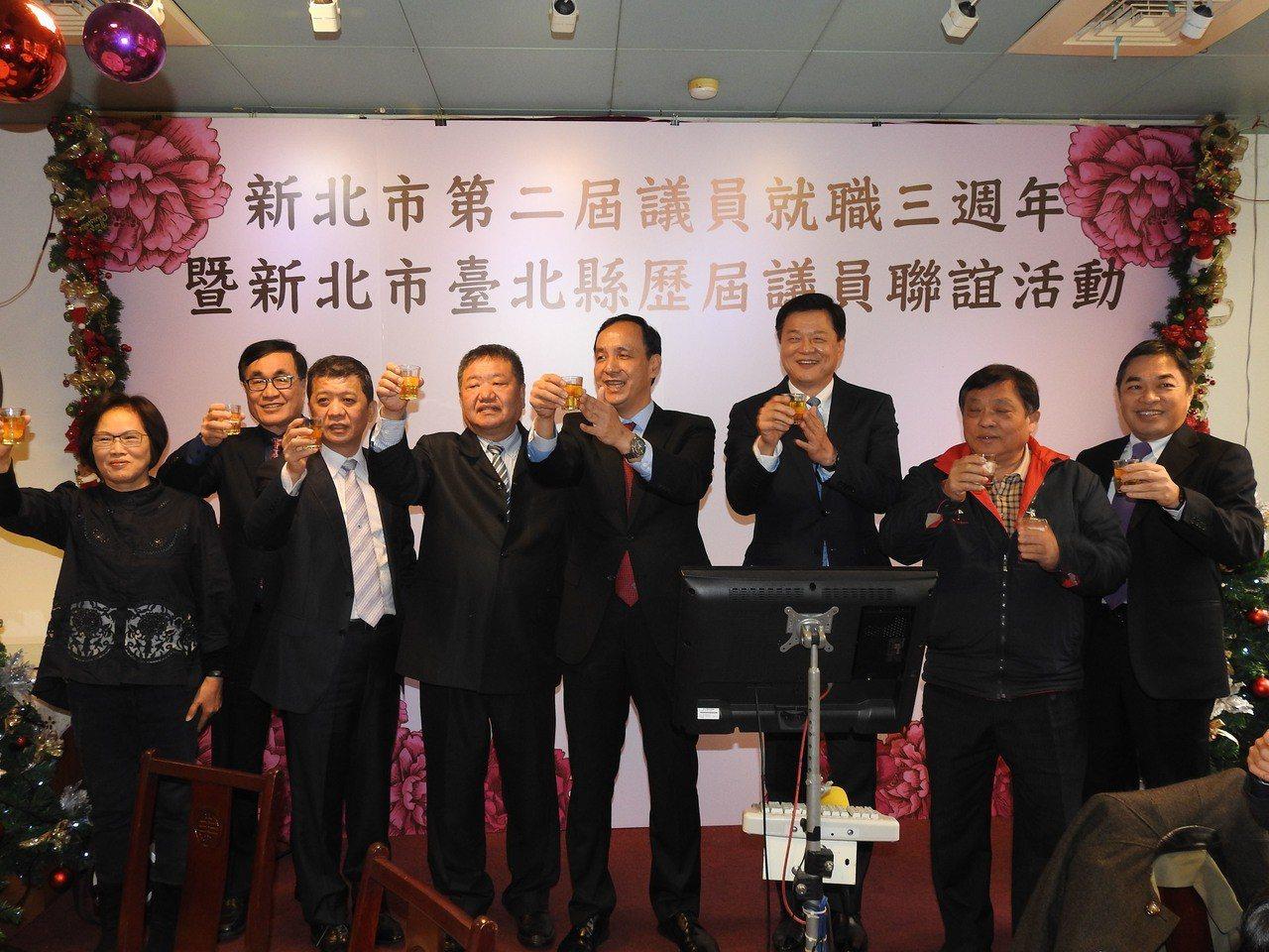 新北市議會舉行歷屆議員回娘家活動,議長蔣根煌(左4)、副議長陳文治(左3)及市長...