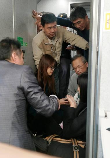 女乘客搭高鐵身體不適,幾位醫療人員趕忙前來協助。圖擷自爆料公社