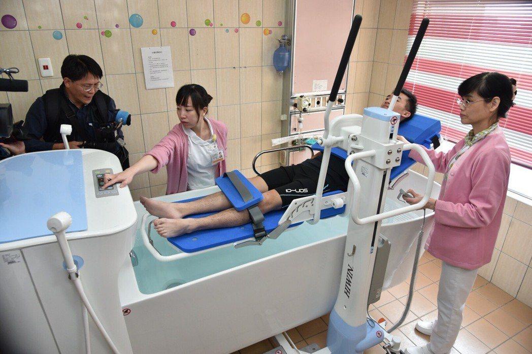 水療SPA系統和經皮式二氧化碳測定儀,能提升病友的醫護品質與生活品質。 上銀科技...