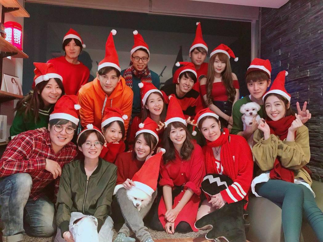 邵雨薇(前排左四)與張立昂(中排左二)兩人聖誕節與朋友一起慶祝。 圖/擷自邵雨薇