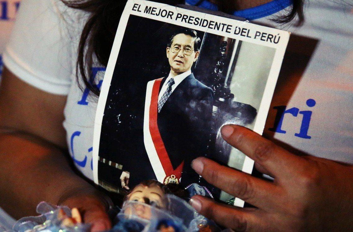「最棒的秘魯總統」,特赦消息一出,藤森受治療的醫院外,滿是支持者的歡呼與集會。 ...