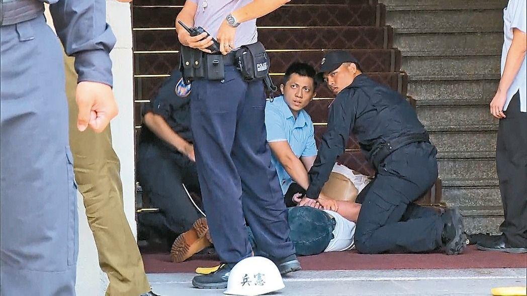 男子呂軍億今年8月,涉嫌先到軍史館二樓偷軍刀,再沿著長沙街一段進入總統府,揮刀砍...
