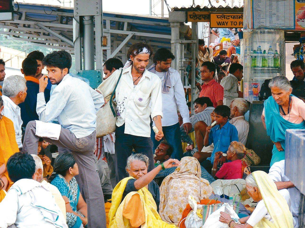 印度的火車站人擠人。 謝旺霖
