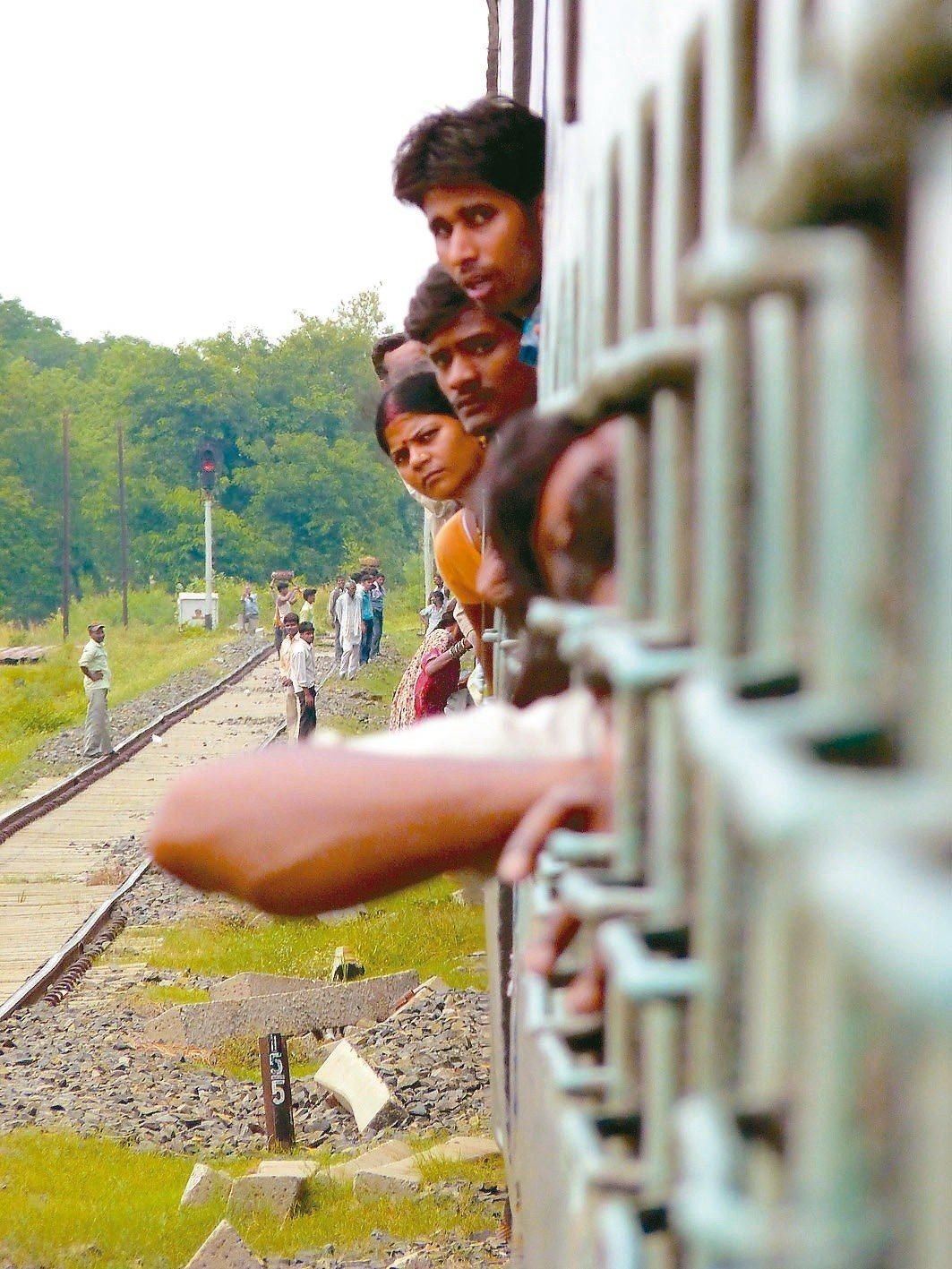 火車是印度的重要交通工具。 謝旺霖