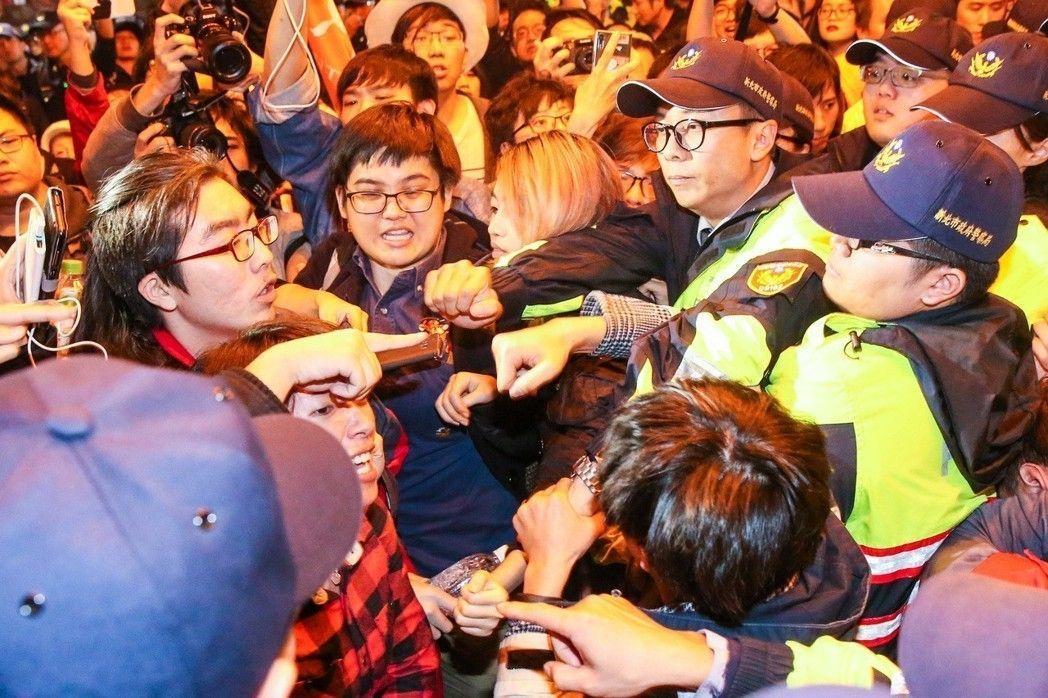 多個勞團與學生團體抗議勞基法修法,與警方多次發生推擠衝突。 記者鄭清元/攝影