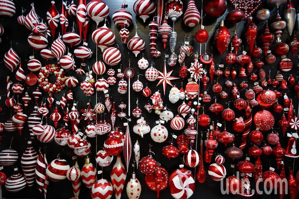 聯瑩工藝生產的耶誕燈飾走高質感,每個都是員工手工打造。記者陳妍霖/攝影