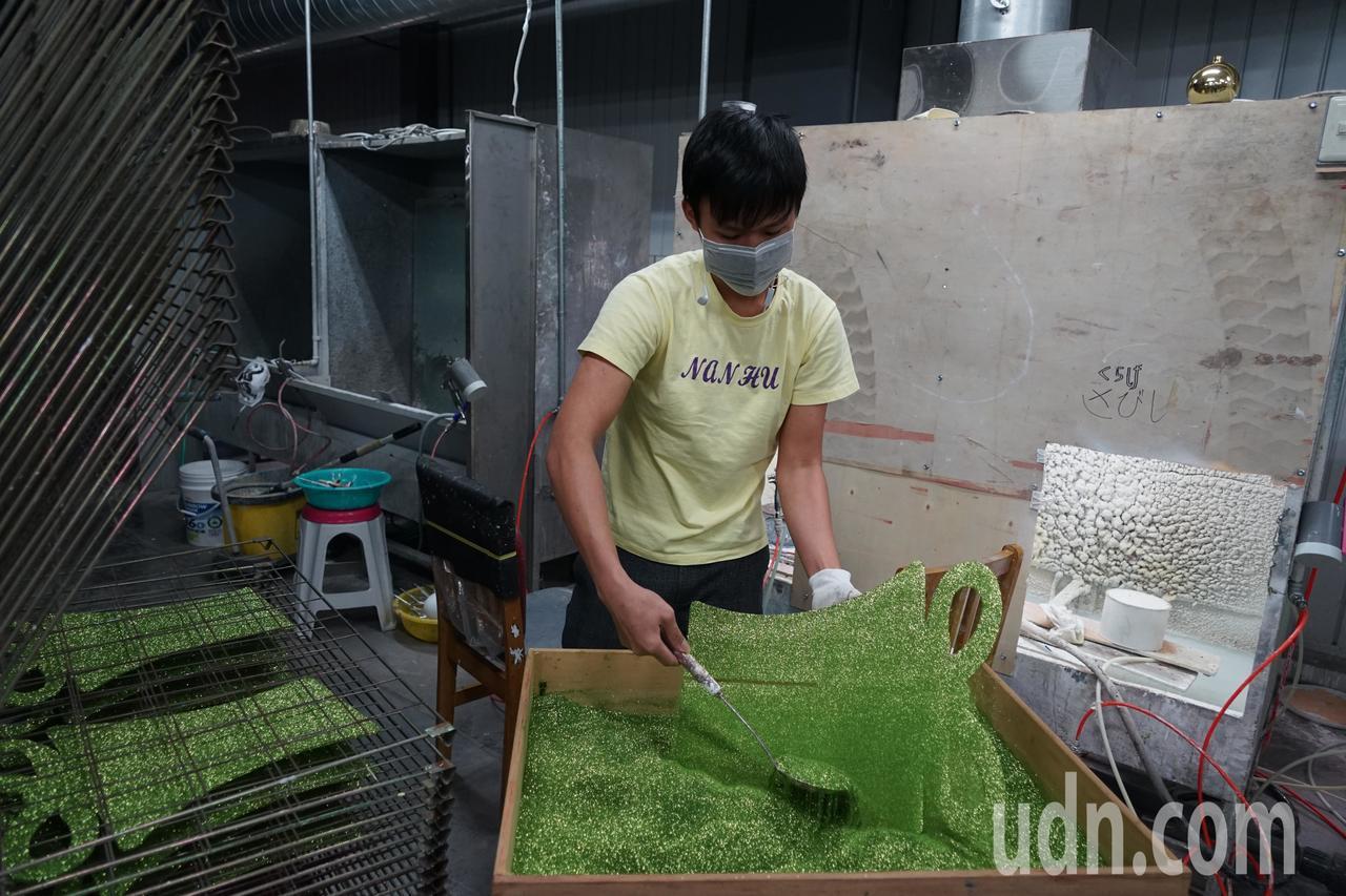 聯瑩工藝員工將產品撒上亮粉。記者陳妍霖/攝影