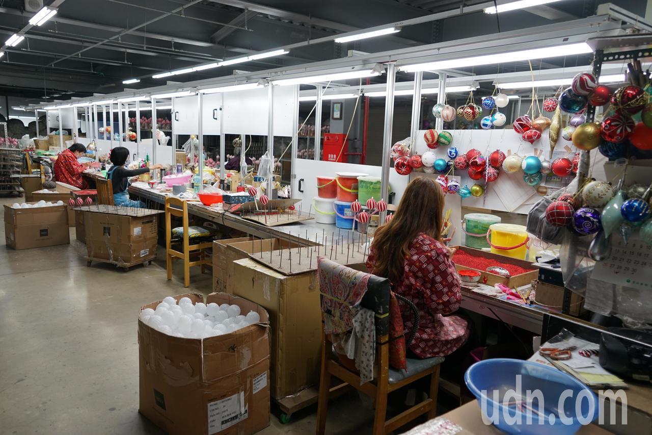 聯瑩工藝生產的耶誕燈飾走高質感,每個都是靠員工手工描繪打造。記者陳妍霖/攝影