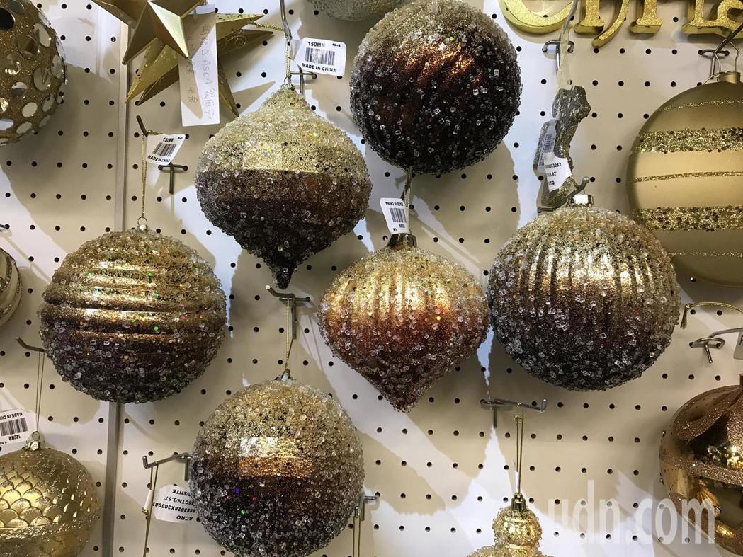 聯瑩工藝生產的耶誕燈飾走高質感,每個都是靠員工手工打造。記者陳妍霖/攝影
